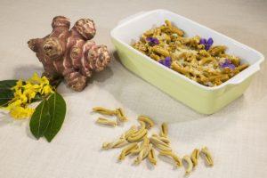 Caserecce Khorasan alghe kelp e curcuma in salsa di topinambur